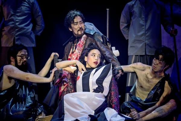 第5幕でクリュタイムネストラ(安藤玉恵=写真中央下)は夫アガメムノン(天宮良=同上)への復讐を企てる=井上 嘉和撮影