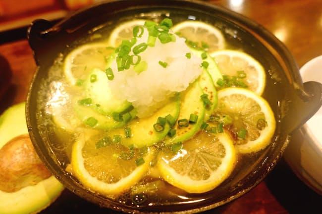 ダイコンおろしの辛みとアボカドの甘みが調和する「アボカド塩レモン鍋」(東京・神田神保町のアボカフェ)