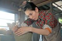 『スカーレット』 陶芸の道を志し波乱万丈の人生を送るヒロインのオリジナルストーリー。川原喜美子(戸田恵梨香)は家事全般を引き受ける頑張り屋さん。出会いを繰り返すなかで陶芸の世界に引き込まれ、頭角を現していく(月~土曜午前8時/NHK総合ほか)
