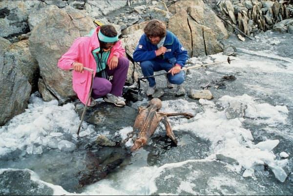 1991年、エッツィ(アイスマン)のミイラ化した遺体を調べる登山家のラインホルト・メスナー氏(右)と仲間(PHOTOGRAPH BY PAUL HANNY, GAMMA-RAPHO/GETTY)