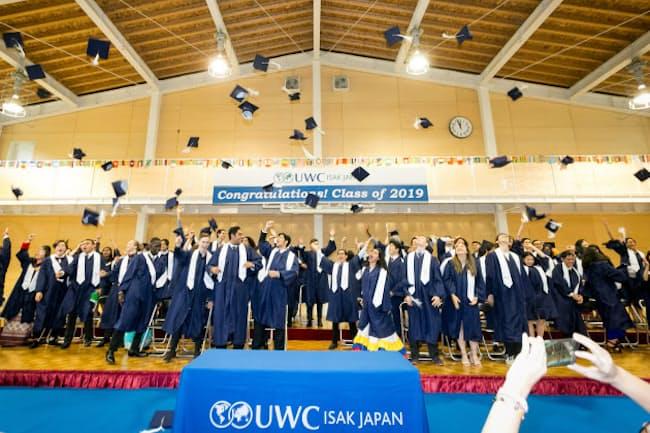 卒業式に臨む生徒たち。培ってきた「3つの力」は、どんな変革をもたらすのか=UWC ISAK提供