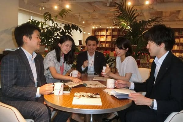 野村アセットマネジメントはSDGsへの理解を深めるため、全役職員にマグカップを配り、プラスチックや紙のコップを全廃した