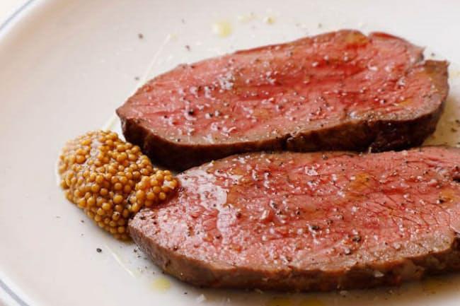 質のいい赤身肉をていねいに焼き上げた「熊本赤牛ランプ藁(ワラ)焼き」