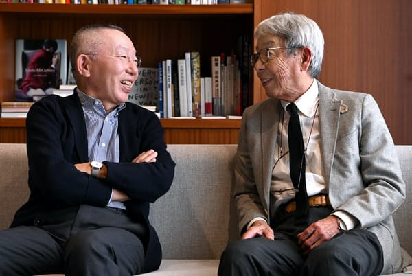 「僕はVANでカジュアルの全貌を学んだ」とファーストリテイリング会長兼社長の柳井正さん(左)。「ユニクロはかつてのVANと重なる」と石津祥介さん(東京都江東区のファーストリテイリング有明本部)
