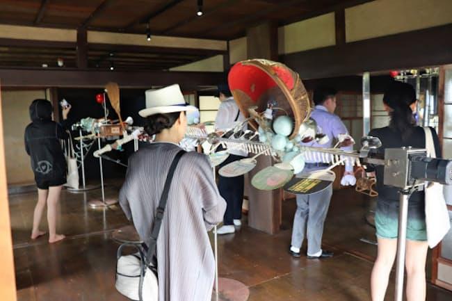 瀬戸内国際芸術祭にはアジアからの視察団も(香川県の男木島)