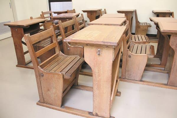 「辰馬さんの机」と呼ばれる、総楢(なら)材の武骨な机=甲陽学院中学校・高等学校提供