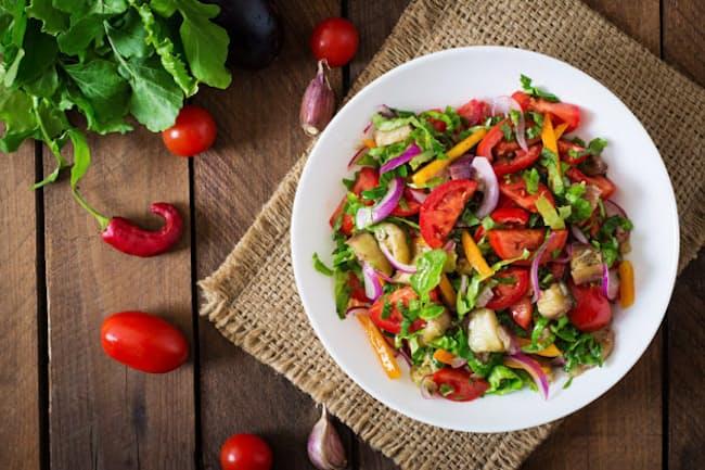 野菜中心で肉や魚を食べない生活は、病気を減らす?増やす?写真はイメージ=(C) Olena Danileiko-123RF