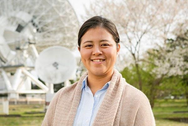 国立天文台・水沢VLBI観測所の田崎文得さん。後ろに見えるのは「20m電波望遠鏡」