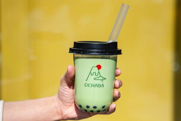 「OCHABA」の「緑茶ロイヤルミルクティー」(580円・税別)。煎茶を使ったロイヤルミルクティーで、甘さの調節が可能。基本のトッピングは「黒蜜わらび餅」で、プラス料金で白玉に変更できる(写真提供:OCHABA)