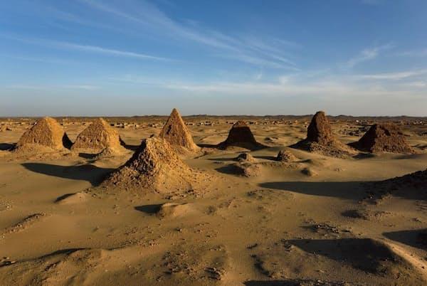 スーダンのヌリ遺跡には、70万平方メートルの砂地に20基以上の古代ピラミッドが建っている(PHOTOGRAPH BY ROBBIE SHONE, NAT GEO IMAGE COLLECTION)