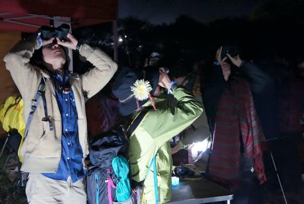 星空観察の入門には双眼鏡が向く。冬はしっかり防寒が必要