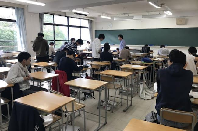 始業前の高3の教室。朝礼に備え8時40分集合のはずだが、時計はすでに8時42分をまわっている