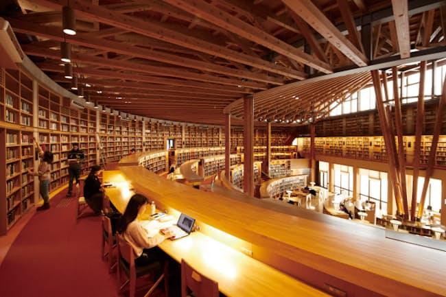 一般にも開放している国際教養大学の中嶋記念図書館(秋田市)=同大提供