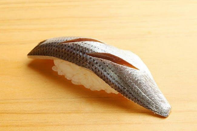 江戸前ずしの代表的なネタ「コハダ」は塩をふって2時間置き、塩抜きをして酢にひたす