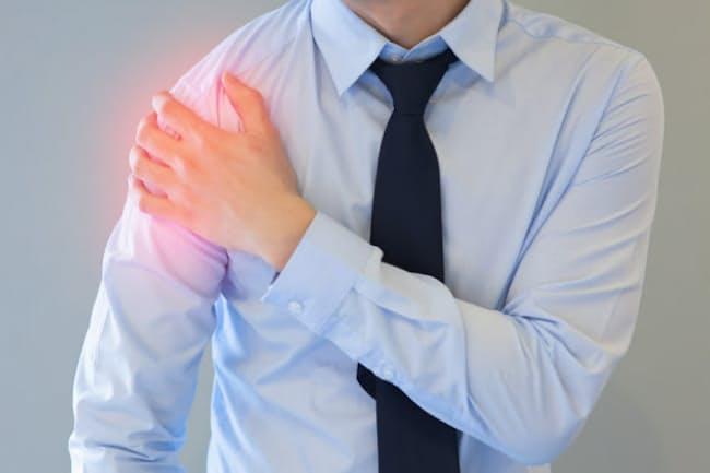 背中や肩に痛みが出る場合は、五十肩と間違われることも。写真はイメージ=(c) twinsterphoto-123RF