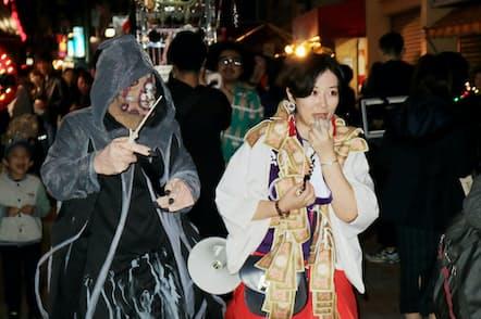 メディアアーティストの市原えつこさん。祭りの主催もモチベーション維持に役立つという(2019年11月、東京都中野区)
