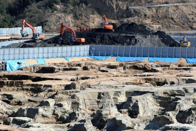 環境問題への対応はESGの重要なテーマ。写真は2017年3月、産業廃棄物と汚染土壌の撤去で穴だらけになった豊島(香川県土庄町)の処分場=共同