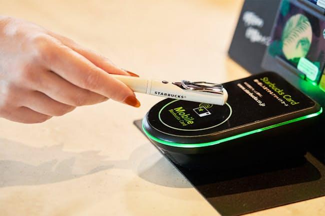 「STARBUCKS TOUCH The Pen」(税込み5400円。本体4000円+税に加え、販売時にあらかじめ1000円分がチャージされている)。繰り返しチャージ可能で、オンライン入金や残高補償のサービスが利用できる(写真提供:スターバックス コーヒー ジャパン)