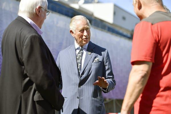 ラグビーW杯ウェールズ代表選手たちを激励に訪れた英国のチャールズ皇太子。ブルーにチョークストライプ柄のスーツは、英バッキンガム宮殿で行われた叙任50周年の時と同じ一着(10月23日、東京都港区)=代表撮影
