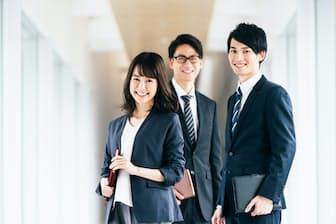 職場での笑顔はチームの空気をあたためてくれる。写真はイメージ=PIXTA