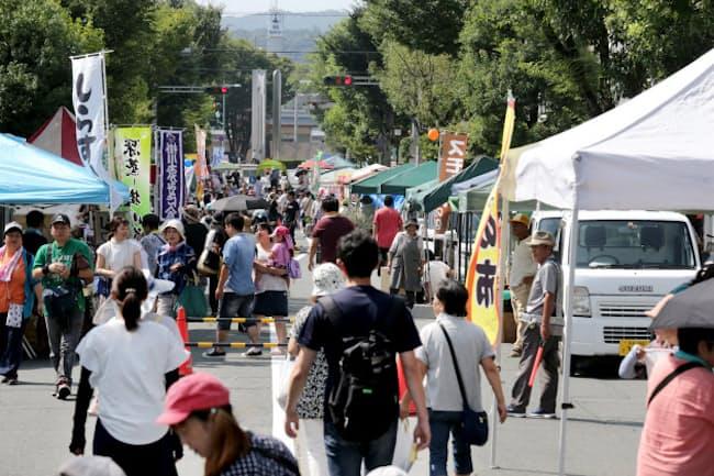軽トラックによる「朝市」にお客さんが集う(静岡県掛川市)