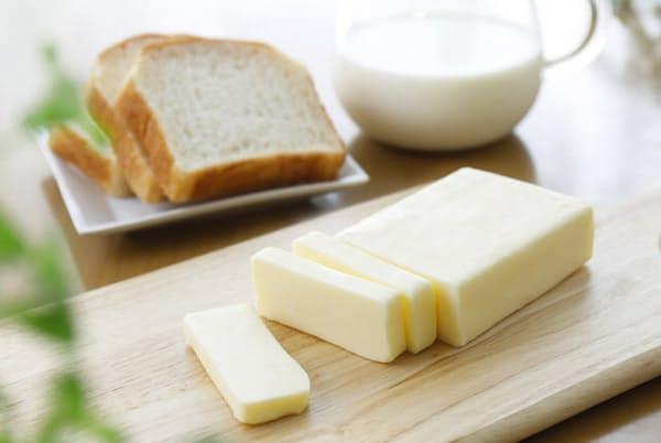 パンにつけて、料理の仕上げの風味づけ、お菓子の材料などに使われるバター=PIXTA