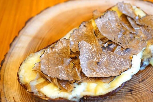京都の吉田パン工房から取り寄せたパンにトリュフをかけた「サマートリュフのチーズトースト」