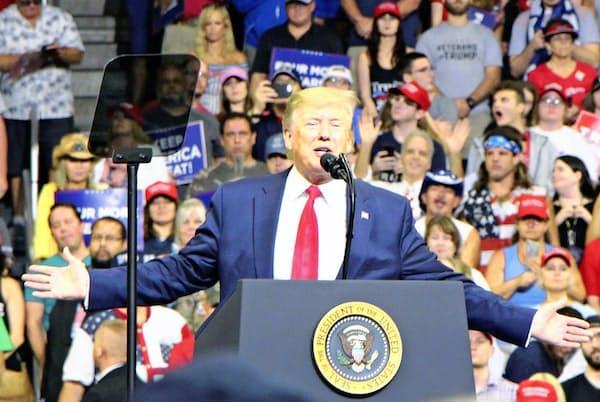2020年の世界の株式相場にとって米大統領選は重要なテーマ(写真は19年6月、米フロリダ州オーランドの大規模集会で20年大統領選への出馬を表明するトランプ大統領)=共同