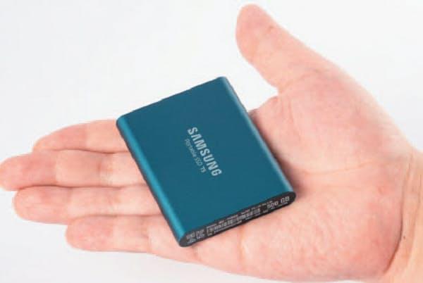 SSDは小型で持ち歩きに便利。USBメモリーと同程度のサイズの製品もある