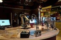 ロボットがカフェマシンを操りドリップコーヒーなどを提供する