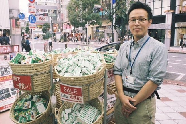 文化村通りにある「カメラのキタムラ」の店頭にはフィルムが山積みになっている。同店でプリントサービスを担当する奥さんに話を聞いた