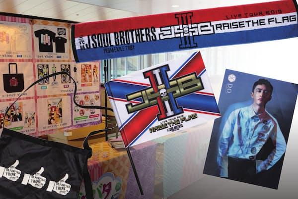 タオルやバッグなど様々なグッズが会場で売られている(複数のアーティストグッズを組み合わせた合成写真)