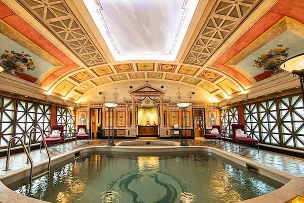 ハリウッドスター御用達のスイートルームには、美術館級の装飾が施された専用プールが(NikkeiLUXEより)