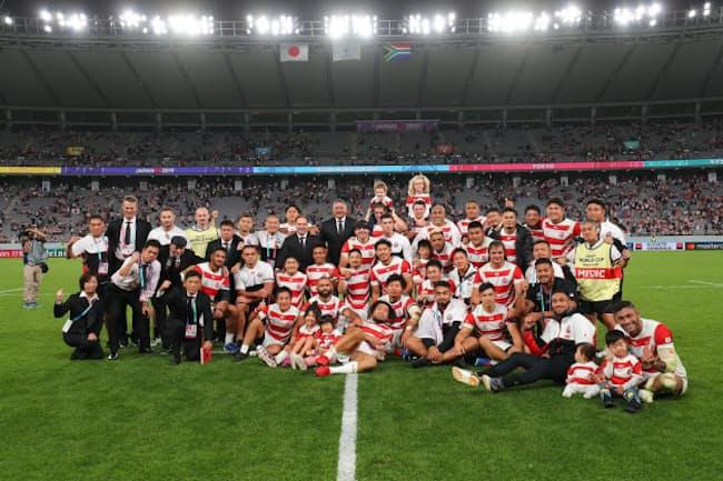 ラグビーワールドカップ2019 日本大会準々決勝の対南アフリカ戦を終えて。左端のガッツポーズの男性が太田さん(C)JRFU
