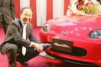 日本カー・オブ・ザ・イヤーを受賞しシャンパンをかける貴島氏(2005年11月)