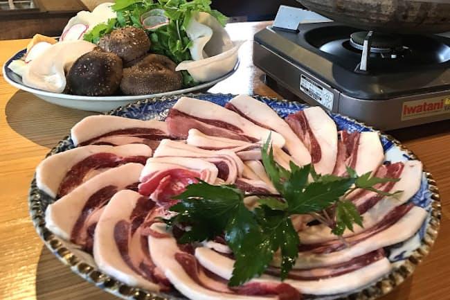 源兵衛(五條市)のぼたん鍋。この日の野菜はホワイトセロリと生の白キクラゲなど