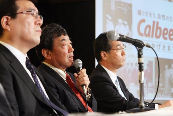 松本晃氏(中)はカルビーでも会長として「体質改善」に取り組んだ(2009年7月の記者会見)