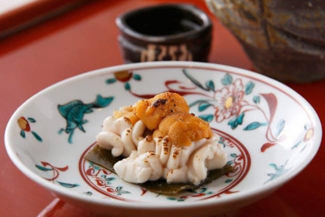「北海道根室の生ウニと、タラ白子の松前焼」は、コンブの上にタラの白子とウニをのせて、コンブのうま味を移しながら表面をあぶる