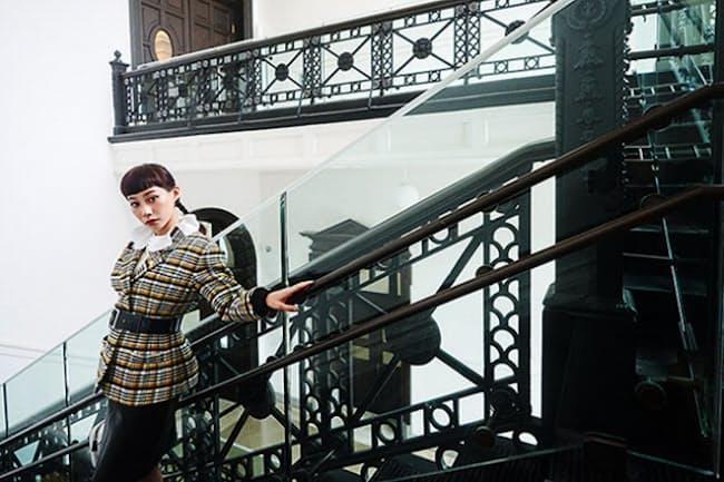 鋳鉄製の手すりに圧倒される大階段は、創建当時の趣たっぷり(NikkeiLUXEより)