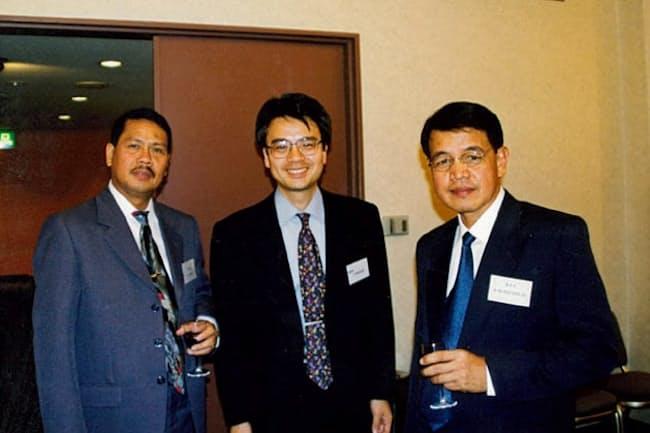 フィリピンで大型のニッケル製錬プラントの立ち上げに関わった(写真中央)