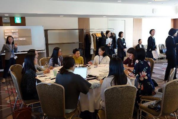 女性記者ネットワークのあり方について議論する参加者たち(3日、東京都新宿区)