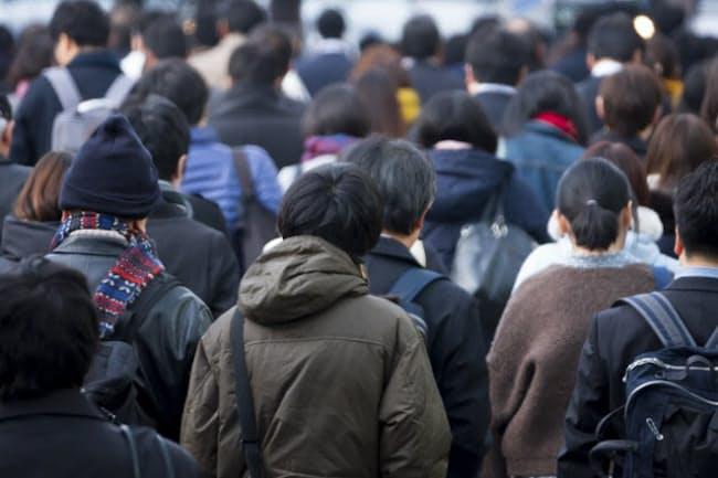 人手不足の一方で早期・希望退職者の募集が増えている(写真はイメージ=PIXTA)