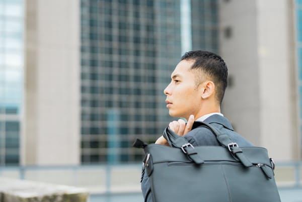 せっかくのデートの日。女性目線におしゃれと映るビジネスバッグを用意するのは決して無駄な投資ではないのです=PIXTA