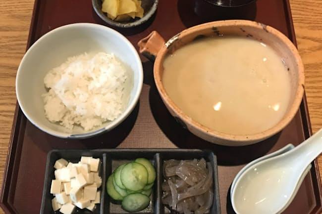 さつま汁をご飯にかけて食べる(松山市内の瀬戸内旬菜 棗)