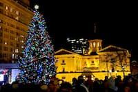 サンクスギビングの翌日には、パイオニアコートハウススクエアのクリスマスツリーが点灯
