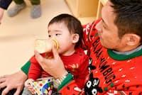保育園のお友達を招待したクリスマスパーティで、次男にミルクを与える