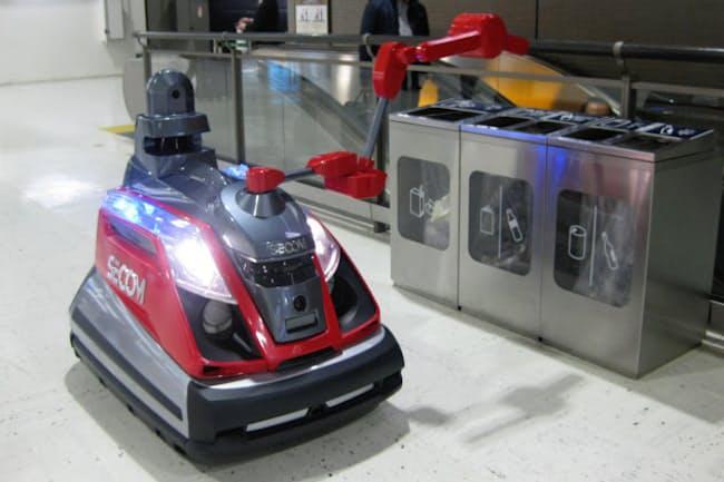 アームを伸ばしてゴミ箱が発熱していないか調べるロボット(千葉県成田市の成田国際空港)