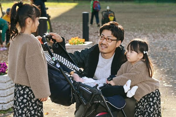 休日に家族と出かける、厚労省で働く坂本さん(埼玉県三郷市)