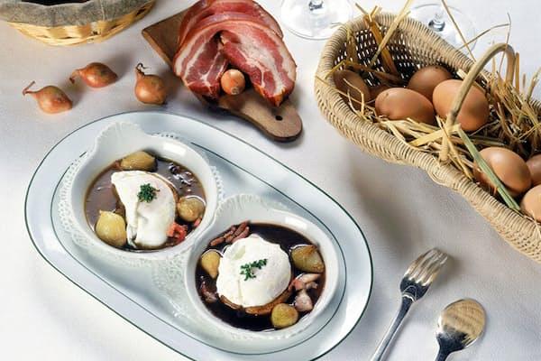 ブルゴーニュ地方の名物料理「ウッフ・アン・ムーレット」。赤ワインソースにポーチドエッグを合わせたもの (c)Alain DOIRE, Bourgogne-Franche-Comte Tourisme