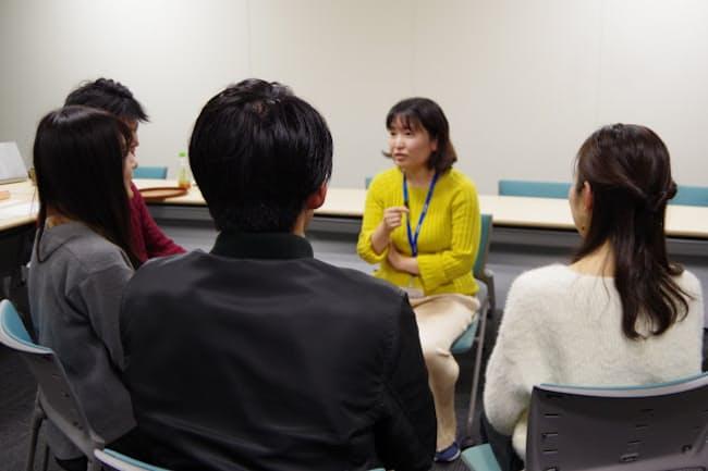 就活を終えた4人が安田編集長(右から2人目)を交え本音トーク(2019年12月、東京・大手町)